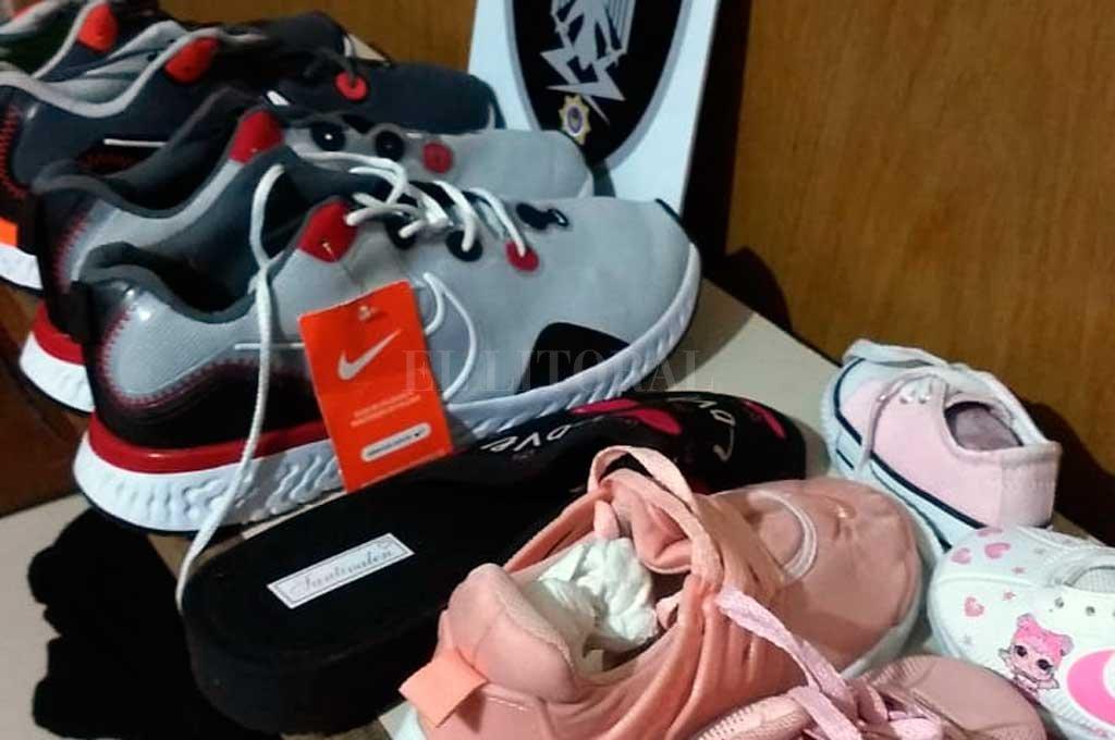 El arma de fuego secuestrada durante el procedimiento y los calzados que habían sido sustraídos del local comercial. Crédito: El Litoral