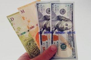 """El dólar oficial abre la semana estable y el """"blue"""" se vende a $ 158"""