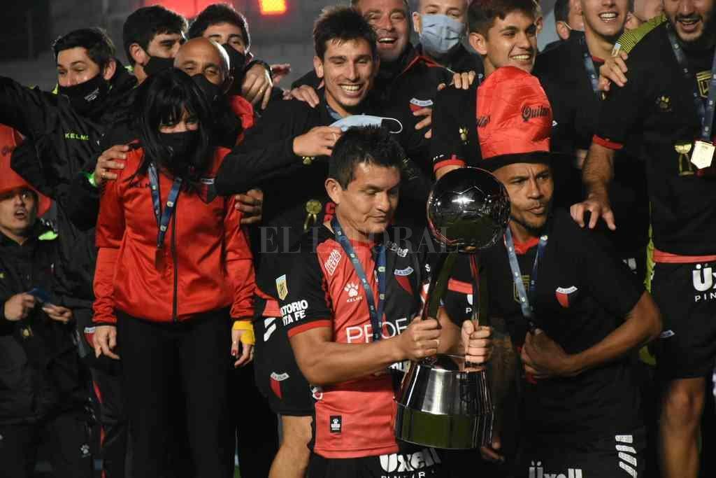 El Pulga Rodríguez mirando la copa, antes de levantarla en la inolvidable noche del 4 de junio en San Juan. Crédito: Pablo Aguirre