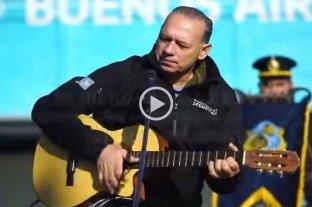 Berni tocó la guitarra y cantó un chamamé para homenajear a los caídos en Malvinas