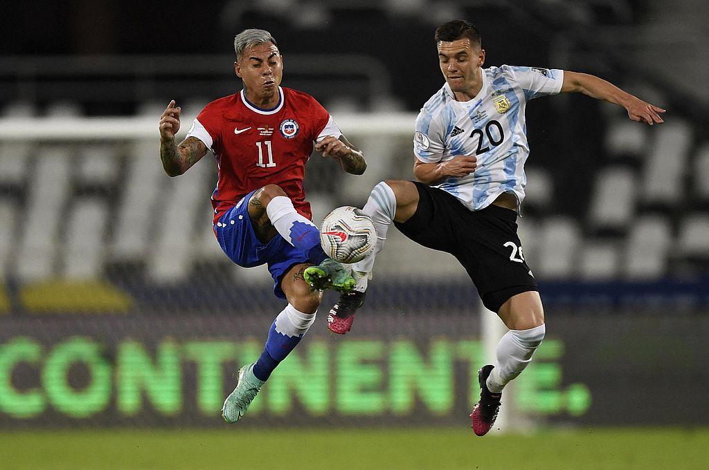 Argentina no pudo mantener la ventaja y empató con Chile en el debut -  -