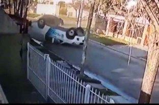 Video: un patrullero de la bonaerense volcó cuando acudía a un llamado del 911