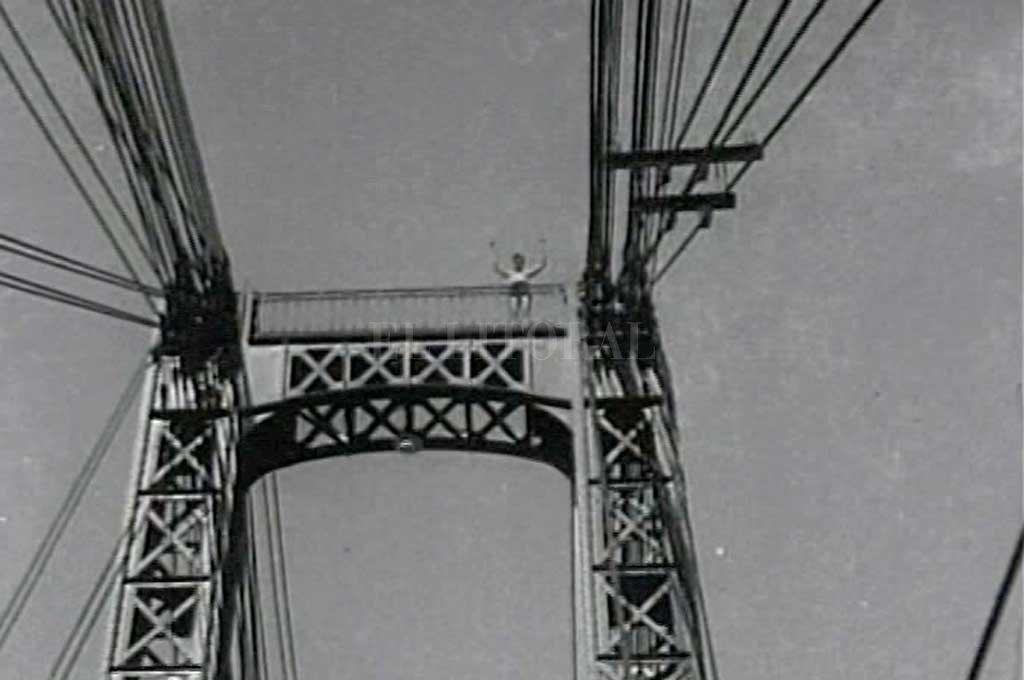 Juan Carlos Meloni, en lo más alto del puente a punto de saltar. Crédito: Gentileza  Museo del Cine Pablo Christian Ducrós Hicken
