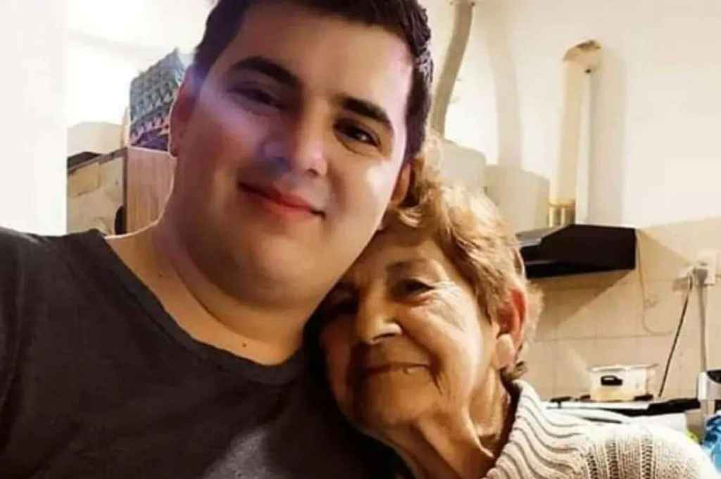 Agustín y su abuela.  Crédito: Gentileza