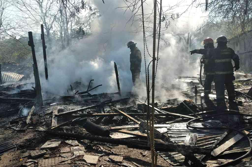 Bomberos del Cuartel Sur de Rosario trabajaron en el incendio de la vivienda ubicada en en Piamonte al 2700,  en una zona rural de Rosario. Crédito: El Litoral