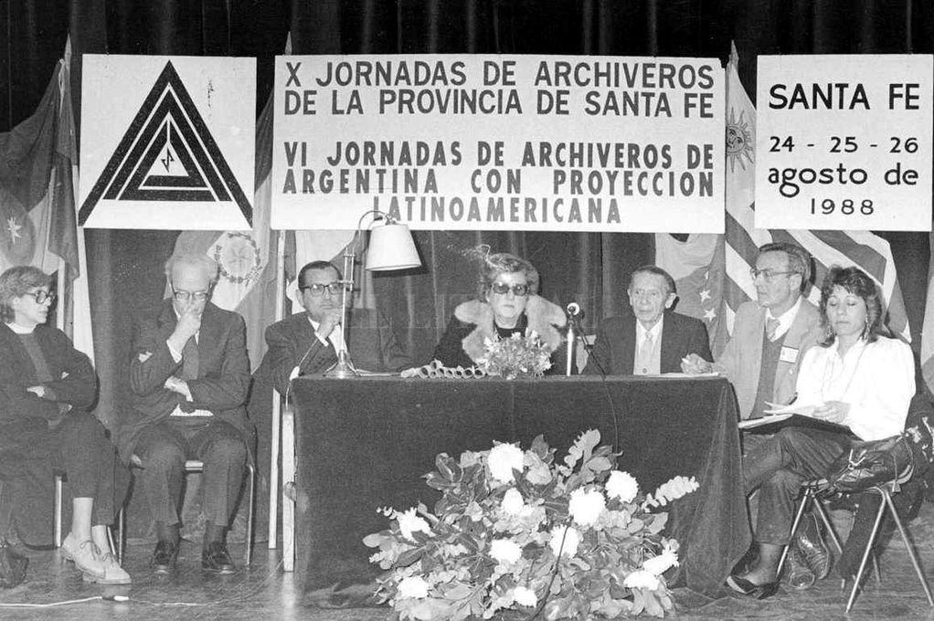 Cabecera de las VI Jornadas de Archiveros de Argentina y X Jornadas de Archiveros de Santa Fe, en agosto de 1988. Preside la señora J. Catalina Pistone, directora del Archivo General de la Provincia (en el centro). Crédito: Gentileza