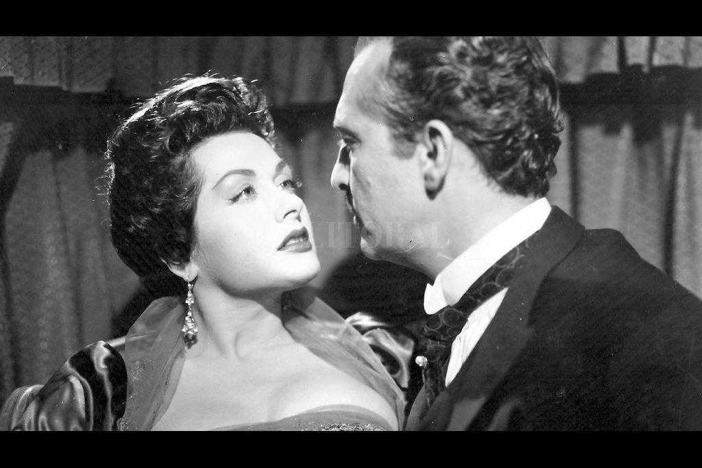 Hugo del Carril y Laura Hidalgo en la película de 1956. La sobresaliente fotografía en blanco y negro de Alberto Etchebehere amplifica la profundidad de los personajes. Crédito: Argentina Sono Film S.A.C.I
