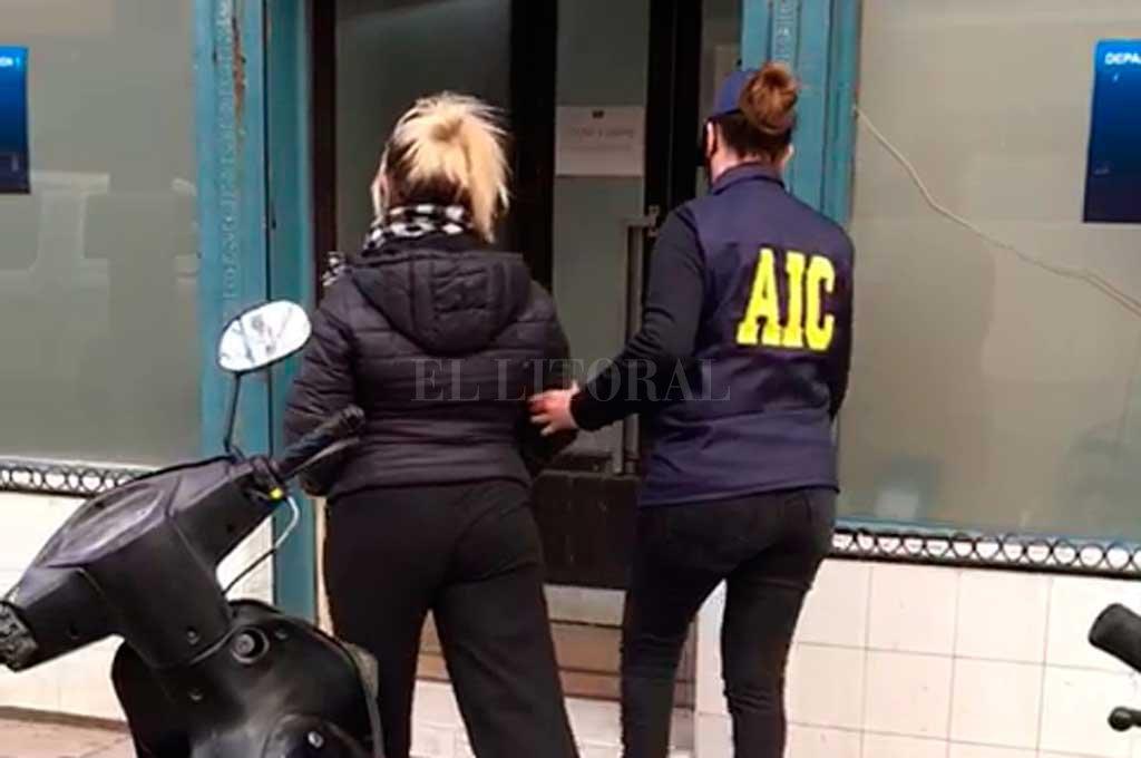 Esta semana la policía puso bajo arresto a tres mujeres, dos de las cuales formaban parte de la banda que lideraba el ingeniero. Crédito: Prensa URI
