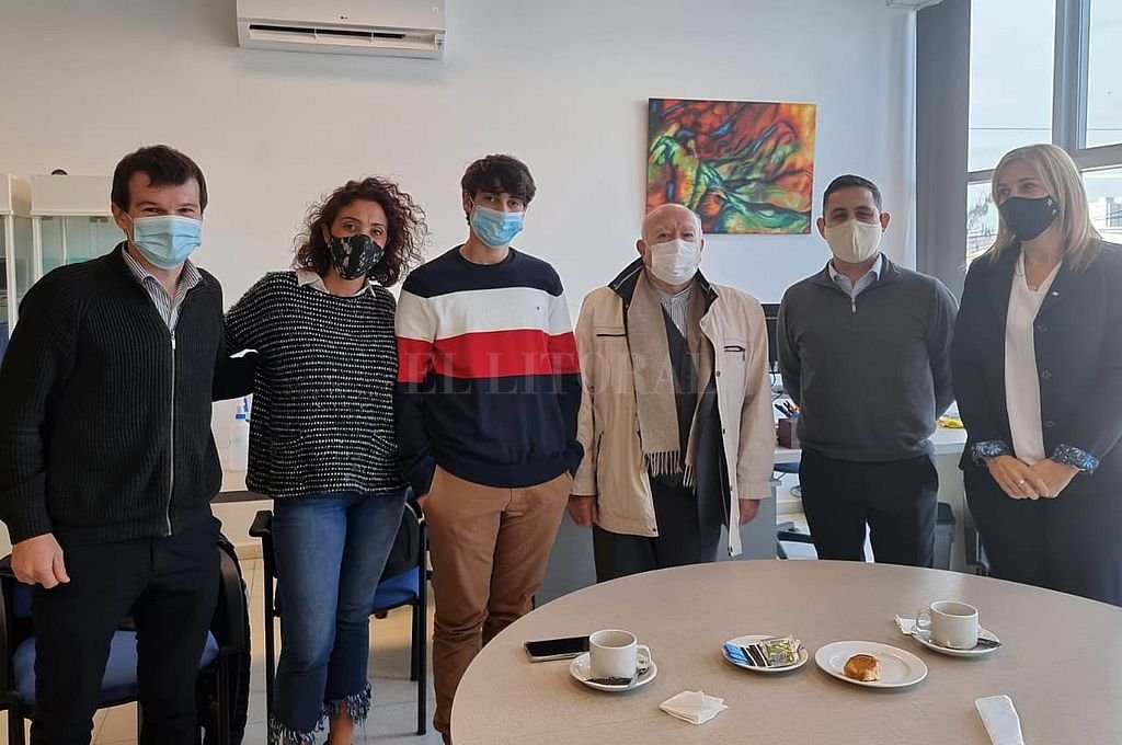 Mariano Fonseca (al centro en la foto) fue reconocido por las autoridades del Centro Educativo Jerárquicos. Crédito: Gentileza