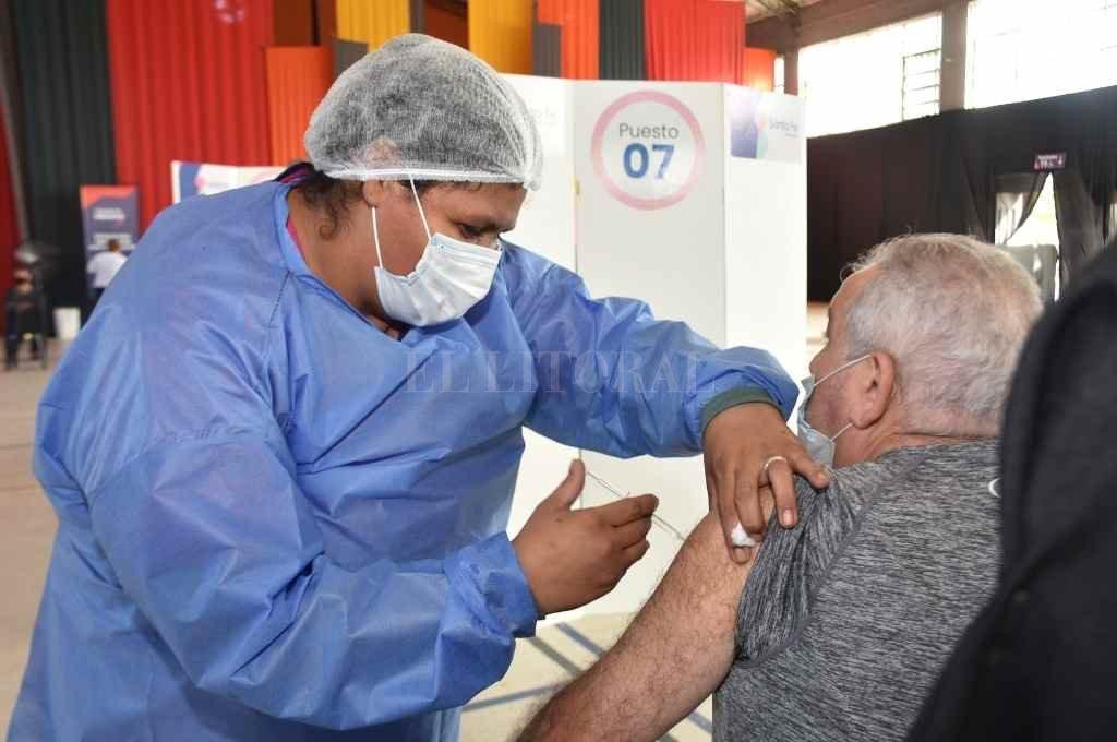 Continúan los anuncios de llegada de vacunas, pero hay expectativas por la segunda dosis de Sputnik.    Crédito: Archivo El Litoral