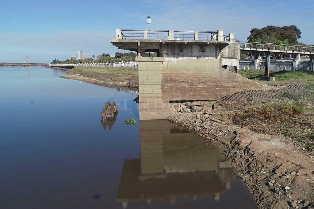 El pilar del viejo puente ferroviario que luego se convirtió en confitería bailable y ahora luce abandonado, una muestra de la bajante en la ciudad de Santa Fe.  Crédito: Fernando Nicola (Drone)