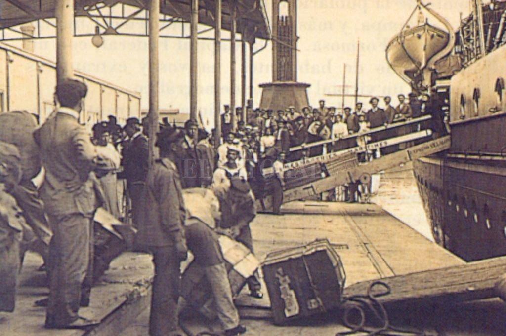 Inmigrantes desembarcan en el Puerto de Buenos Aires. En los siglos XIX y XX, la masividad de su llegada produjo una transformación social y cultural de enormes dimensiones. No sólo en la Argentina, también en Brasil y México. Crédito: Archivo