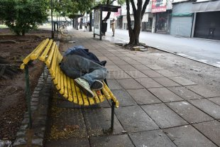 Cómo funciona el operativo municipal que acompaña a personas en situación de calle - En la calle. Las personas que no tienen donde refugiarse del frío precisan la ayuda de toda la sociedad. -
