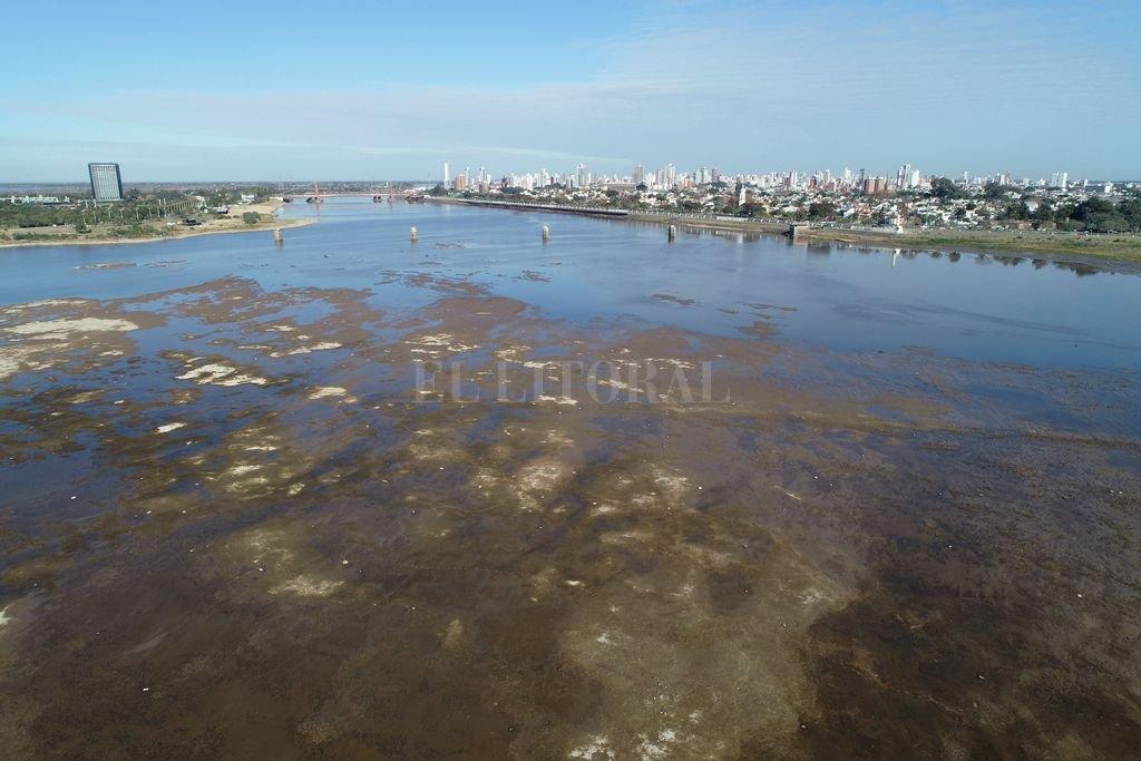 El Río Paraná bajó a 45 cm en Santa Fe y es el récord de los últimos 50 años -  -