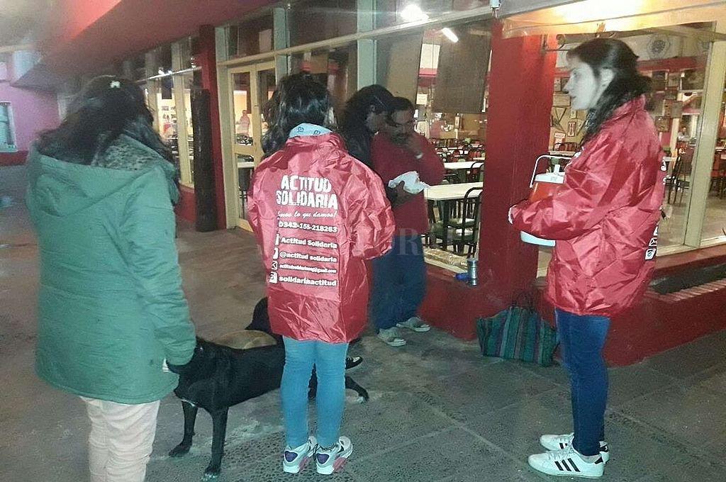 Pese a las dificultades generadas por la pandemia, la ONG sostiene su trabajo y una veintena de voluntarios sociales asisten a 90 personas indigentes de la ciudad.  Crédito: Archivo El Litoral