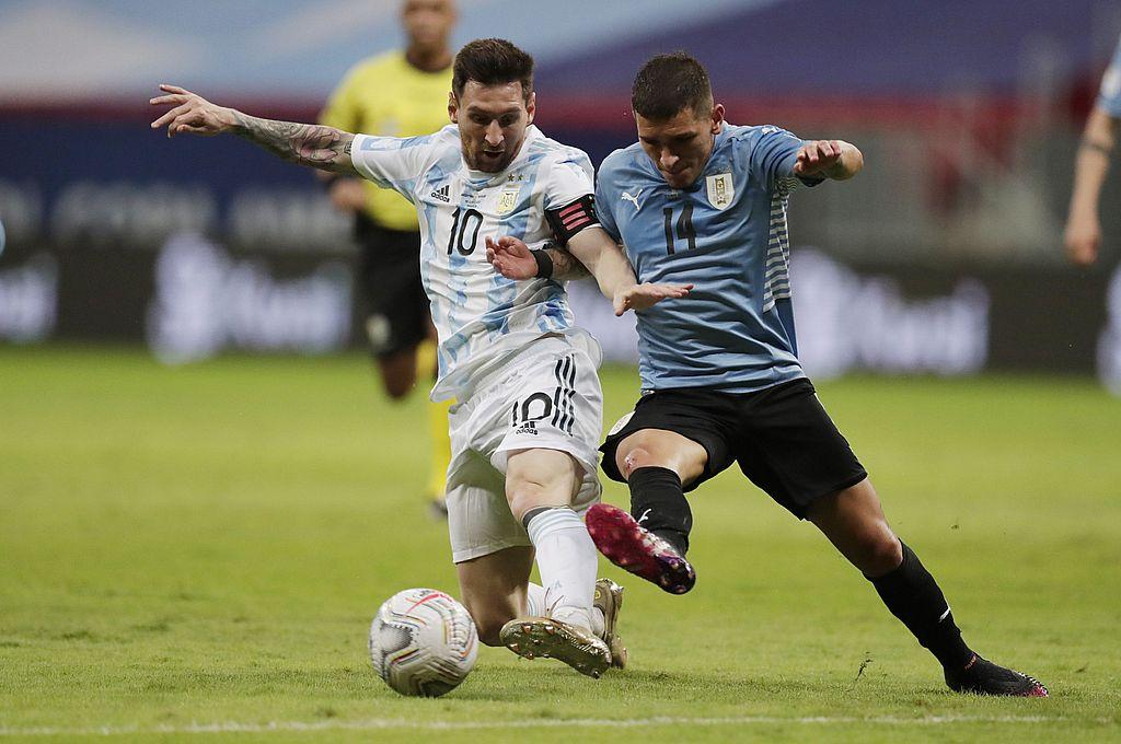 Lionel Messi se lleva la pelota ante la marca uruguaya. El