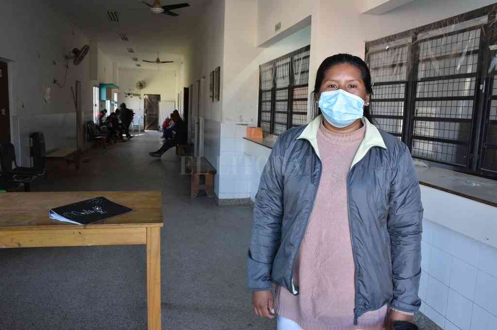 Gladis Jara, en la puerta de ingreso al centro de Salud de Las Lomas, el barrio al que pertenece y en el que oficia de nexo entre la comunidad y los servicios sanitarios. Crédito: Guillermo Di Salvatore