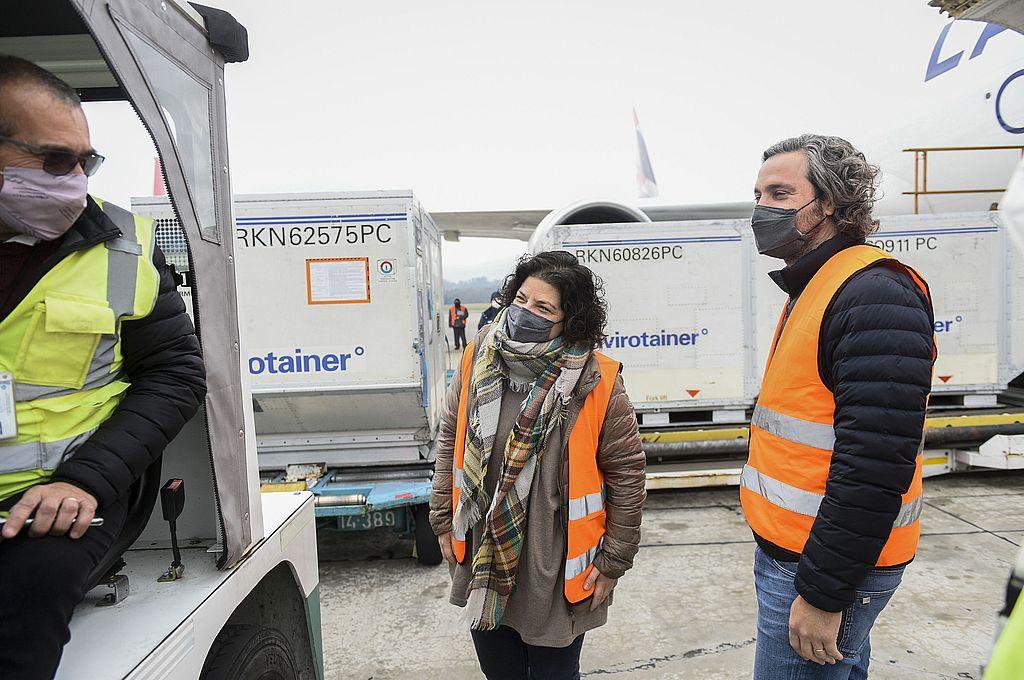 En el aeropuerto internacional de Ezeiza y junto al el jefe de Gabinete, Santiago Cafiero, la ministra de Salud, Carla Vizzotti, participó de la llegada de un nuevo envío desde Estados Unidos de 1.139.000 dosis de la vacuna desarrollada por el laboratorio AstraZeneca y la Universidad de Oxford. Crédito: Presidencia de la Nación