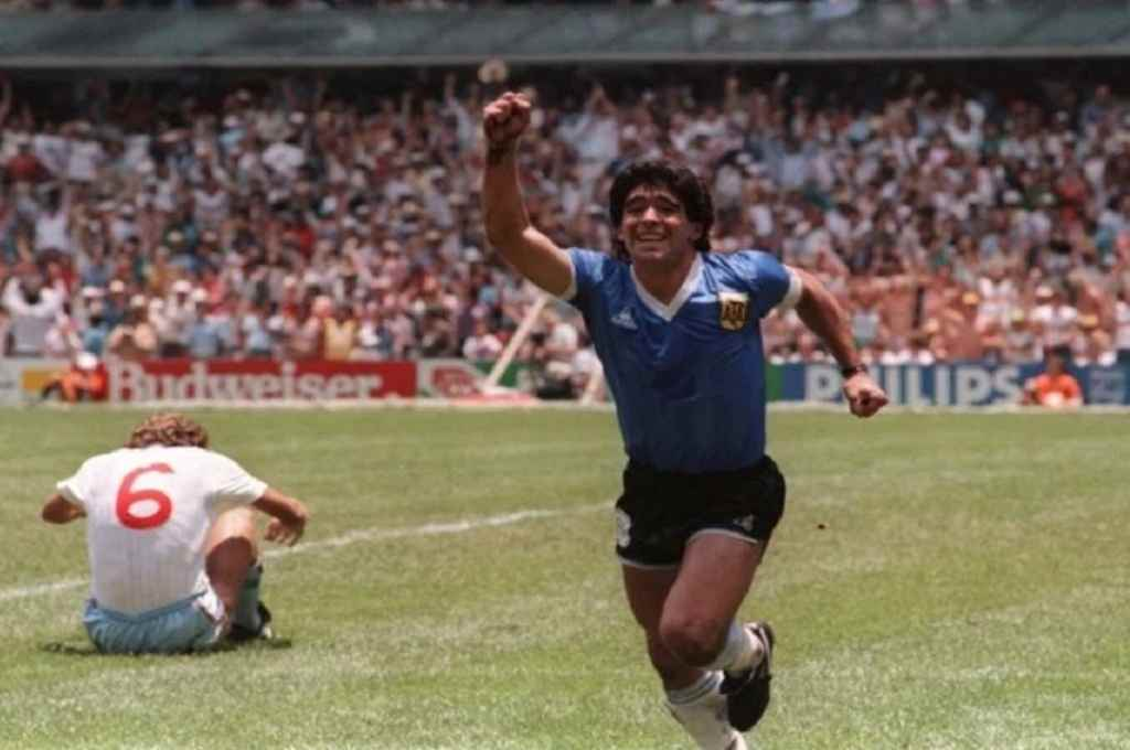 Diego inicia la carrera del festejo, con el mundo asombrado y rendido a sus pies.    Crédito: Archivo