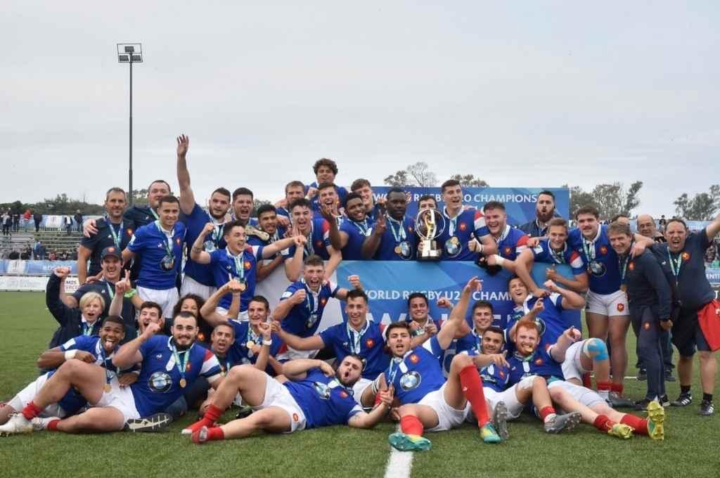 Los Baby Coqs celebran la obtención del título, tras recibir el trofeo destinado al campeón de la versión 2019 del certamen organizado por World Rugby.    Crédito: Gentileza