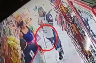 Graban a presuntos paramédicos de la Cruz Roja robando un banco