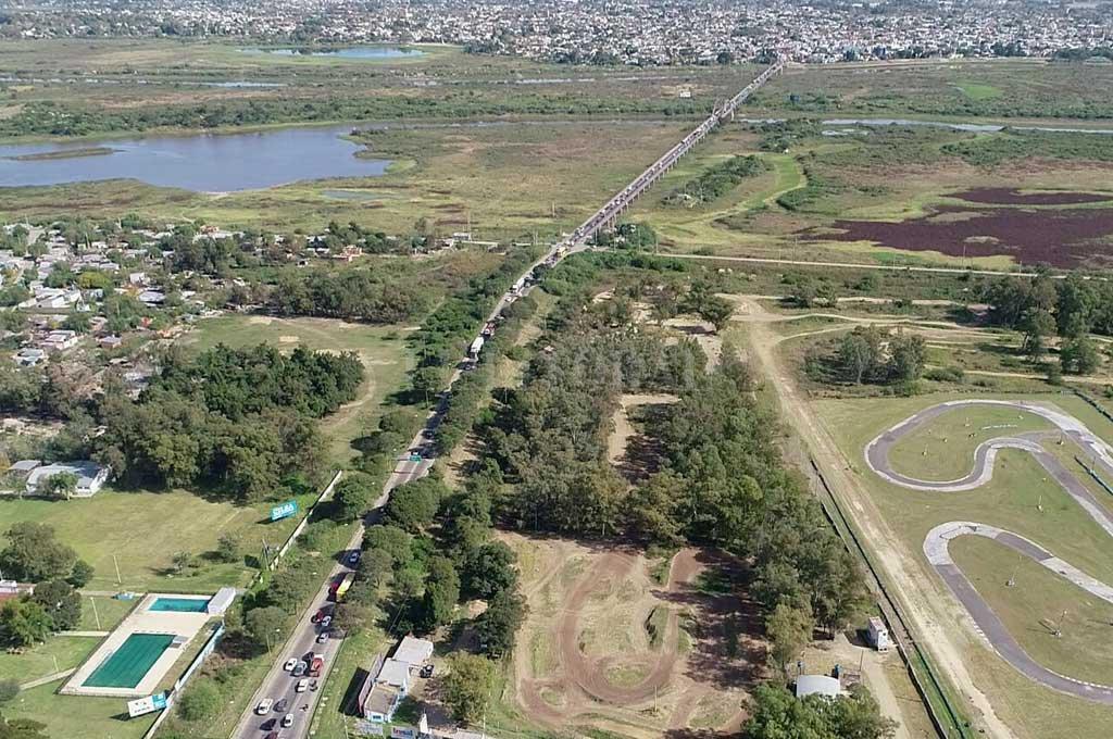 Vista desde la ciudad de Santa Fe hacia Santo Tomé. Poca agua presenta el Río Salado. La imagen corresponde a mayo de este 2021. Crédito: Fernando Nicola (Drone)