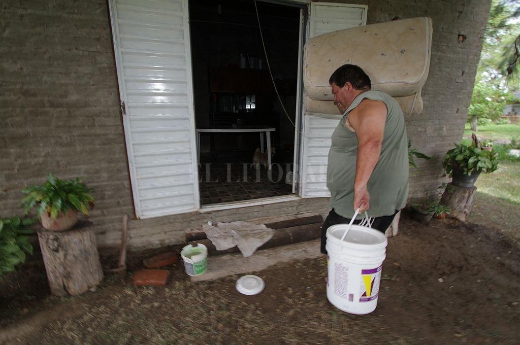 Baldes. Hasta ahora muchos vecinos deben acarrear el agua para el consumo en recipientes. Crédito: Archivo El Litoral / Mauricio Garín