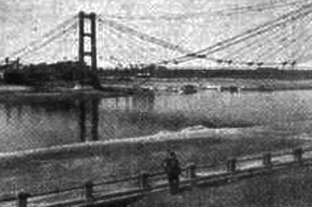 Así lucía la costanera y el puente colgante en plena bajante de 1944. Crédito: Hemeroteca Digital de Santa Fe / Diario El Orden
