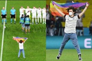 Un activista se metió en la cancha con la bandera del orgullo gay