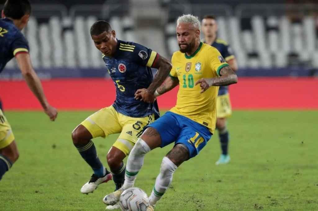 Con un polémico arbitraje de Pitana, Brasil le ganó a Colombia y se aseguró el primer lugar del grupo B  -