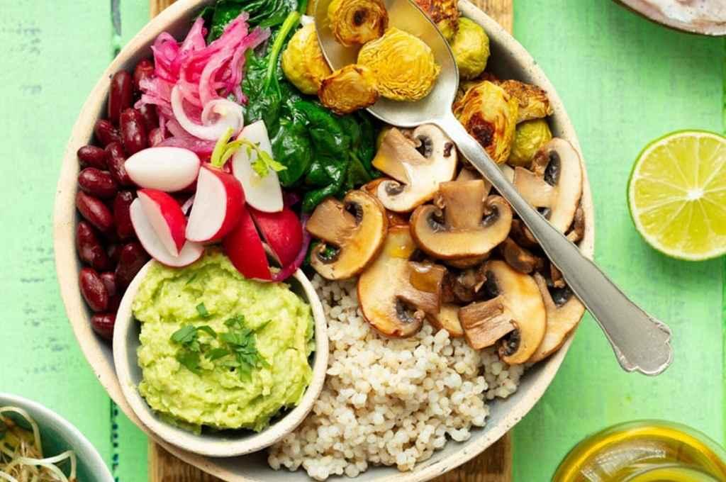 La alimentación vegana es aquella que tiene como principio la abstención de carnes y productos derivados de origen animal, tales como huevos, lácteos, miel basándose en el consumo de cereales, legumbres, setas, frutas y verduras.    Crédito: Gentileza