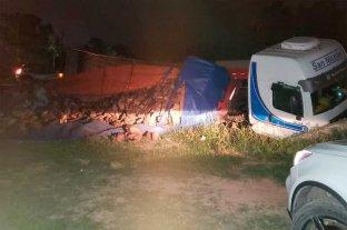 Un camión se cayó a una cuneta en uno de los accesos a Sunchales