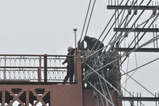 Se bajó el hombre que amenazaba con tirarse desde el Puente Colgante