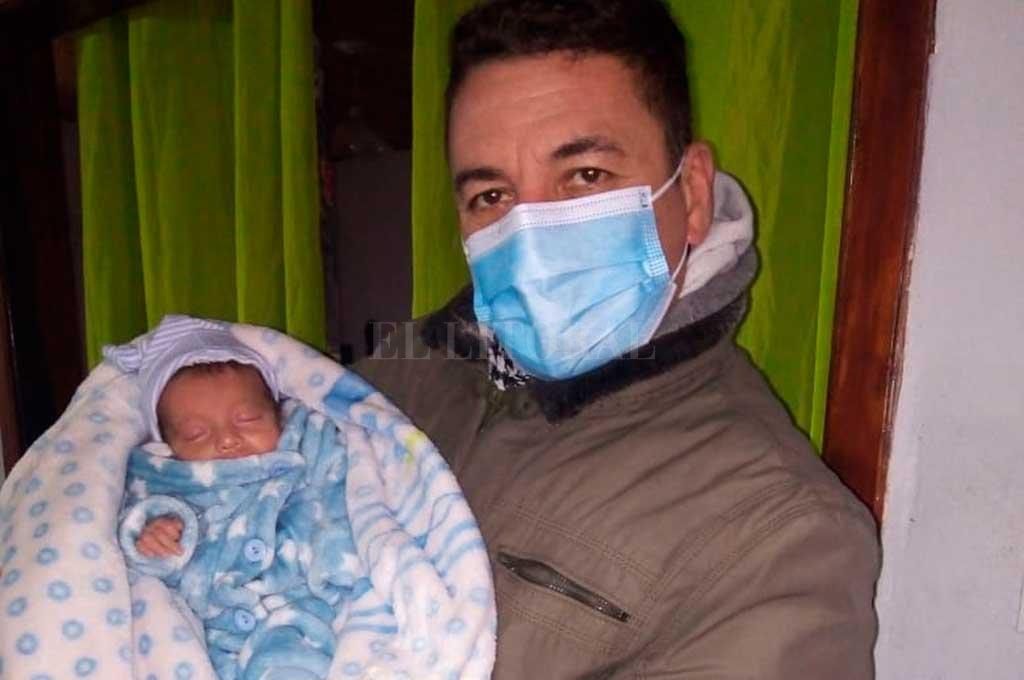 Su abuelo y la felicidad de conocer a su nieto fuera del sanatorio. Crédito: Gentileza
