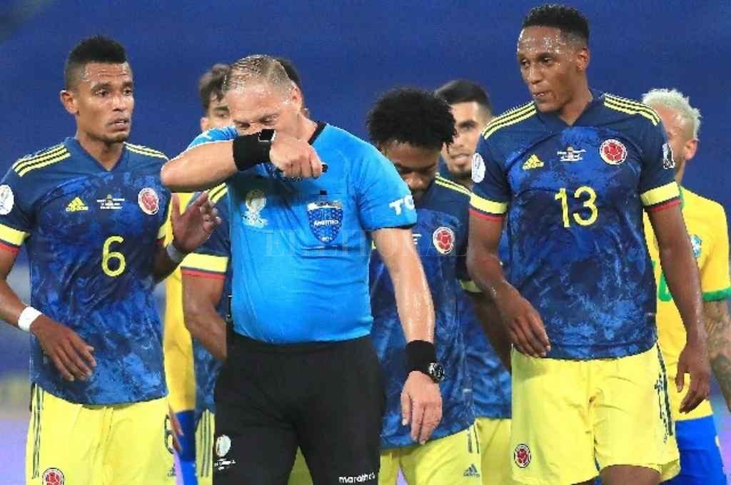 El árbitro argentino quedó envuelto en una polémica por un gol de Brasil ante Colombia Crédito: Gentileza