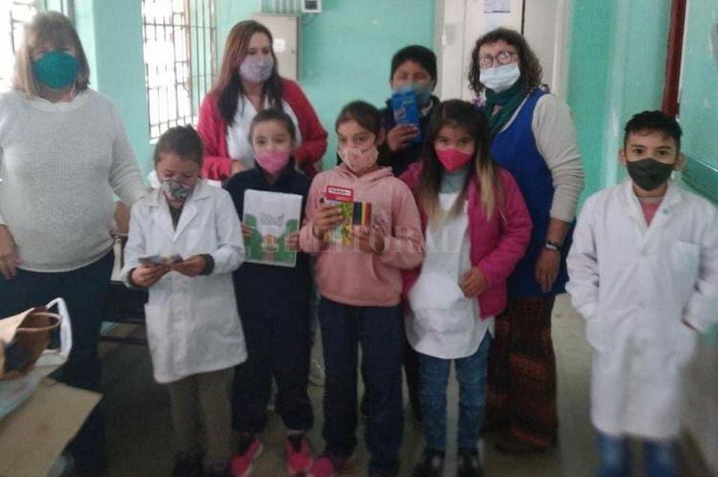 Docentes, alumnas y alumnos de la Victoriano Montes, tras recibir las donaciones. Crédito: Gentileza