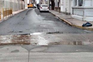Un caño de agua pierde hace más de dos meses en Barrio Sur