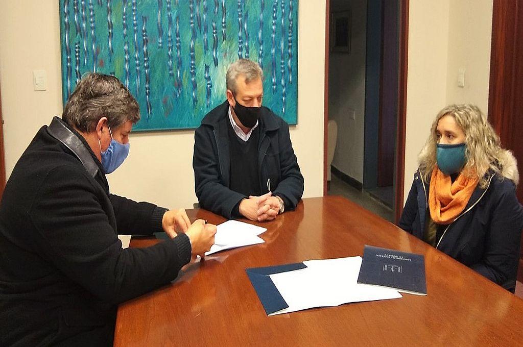 De izq. a der: Pbro. Adrián Botta sdb (JAE), Mgter. Lic. Eugenio Martín De Palma (rector UCSF), Dra. Carmen González (decana FFyH). Crédito: Gentileza UCSF
