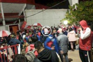 Video: hinchas autoconvocados de Unión se manifiestan frente al estadio 15 de Abril