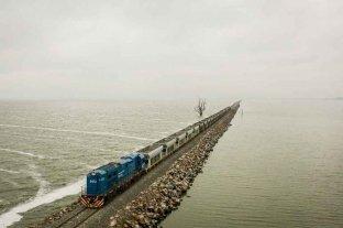 Tras 4 años sin operaciones, las vías del tren de cargas sobre la laguna La Picasa ya están rehabilitadas al 70%