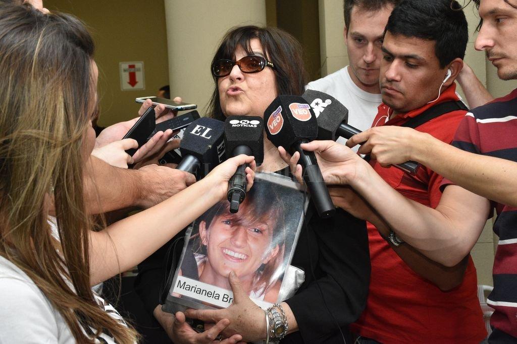 Graciela Brondino, la mujer que en la última década se convirtió en un símbolo de lucha, exhibió una foto que inmortaliza el rostro sonriente de su hija Marianela. Crédito: Flavio Raina / Archivo El Litoral