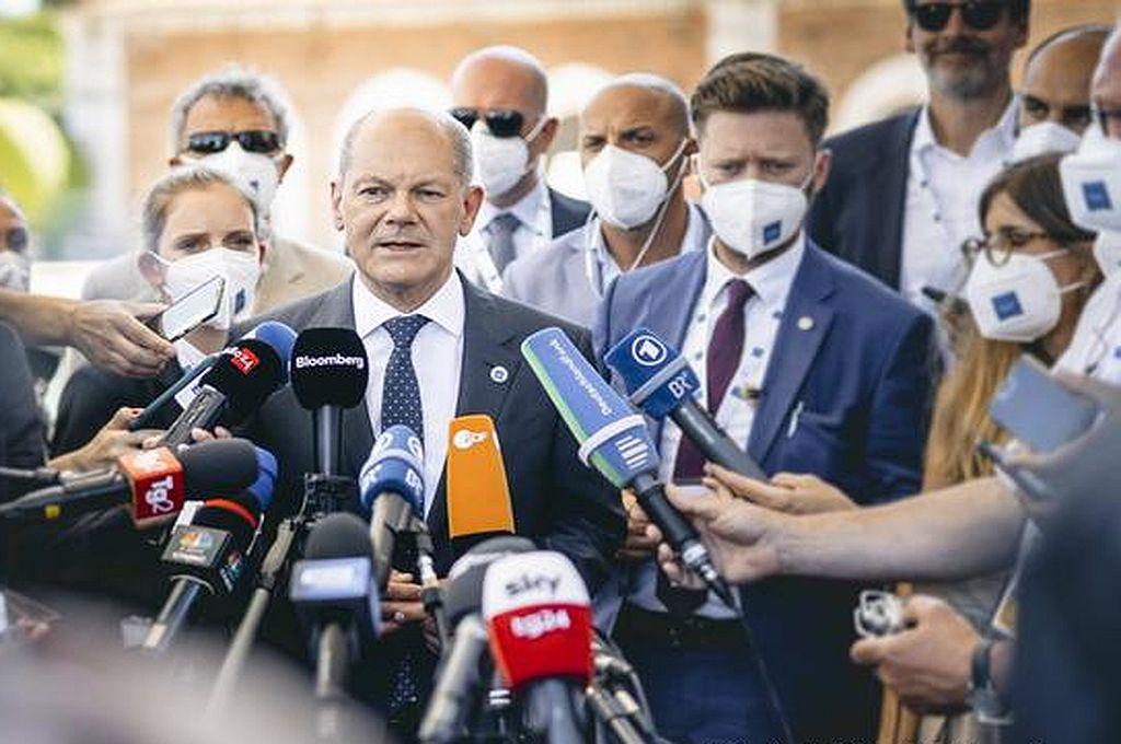 El ministro alemán de Finanzas, Olaf Scholz, se dirige a la prensa para dar a conocer el acuerdo. Crédito: Imago
