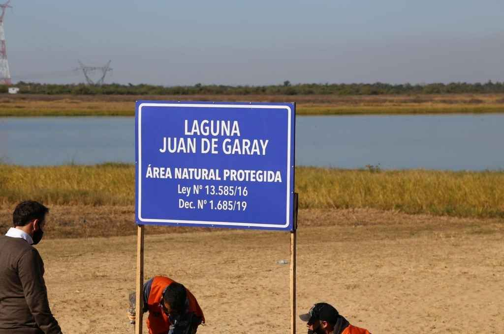 Miembros de la Asociación Civil Terra junto a funcionarios del municipio de Santo Tomé ubicaron el cartel de área protegida en una de las orillas del gran espejo de agua.     Crédito: Gentileza