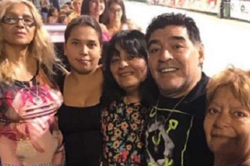 Maradona con sus 5 hermanas. Crédito: Gentileza