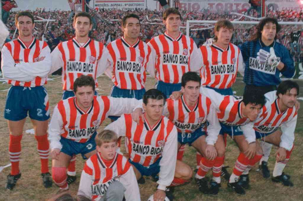El equipo de los pibes que hizo historia con el ascenso en 1996. Crédito: Alejandro Villar