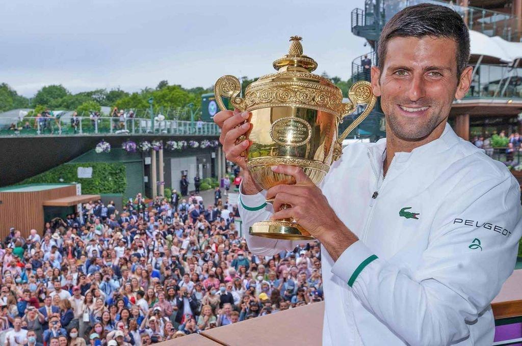Novak Djokovic muestra orgulloso su sexto trofeo de Wimbledon.  Crédito: Gentileza ATP Tour