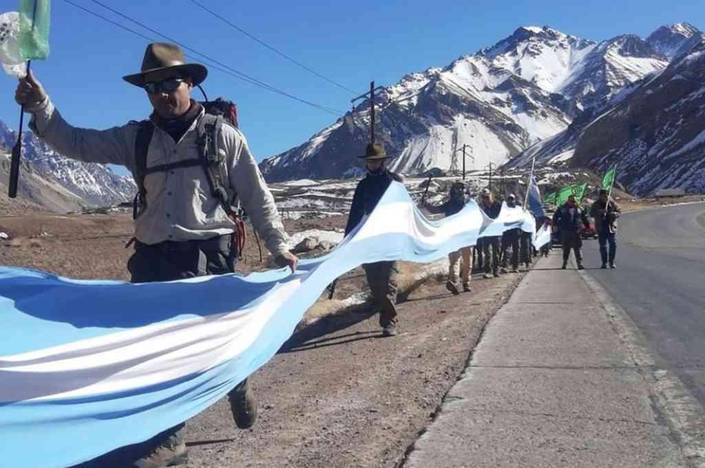 Este martes un grupo importante de guardaparques iniciaron su marcha desde el parque provincial más importante de Mendoza. Crédito: Gentileza