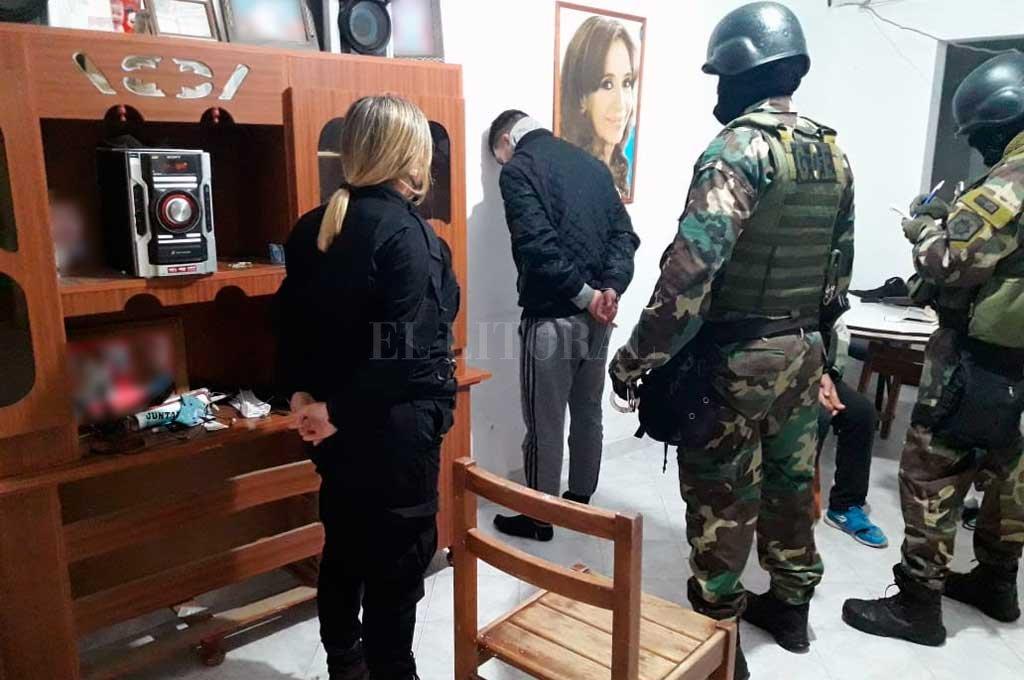 El momento en que agentes de la seccional 4ta. concretan la detención del violento rufián. Crédito: El Litoral