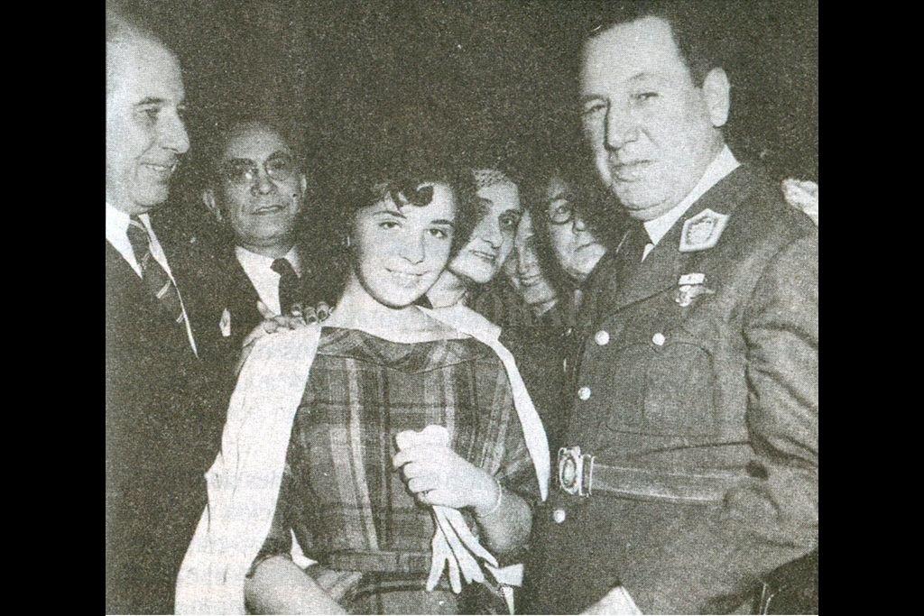 Juan Domingo Perón en la década del '50 con Nelly Haydeé Rivas, de 14 años. La relación entre ambos forma parte de la novela de Muleiro. Crédito:  Archivo El Litoral