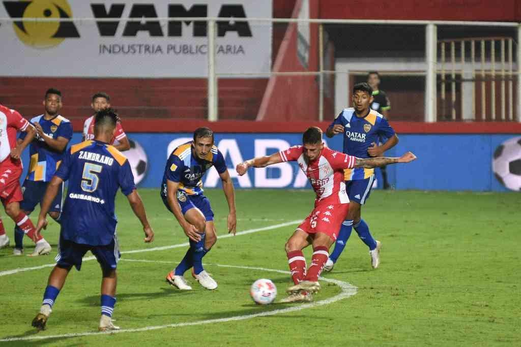 Gastón González le pega al arco en el partido que Unión venció a Boca en la avenida, en abril de este año, con gol de Peñailillo, quien está lesionado y por eso no jugará en el debut. Crédito: Pablo Aguirre